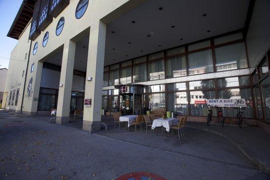 Mercure Salzburg Central: Вход в отель в улицы