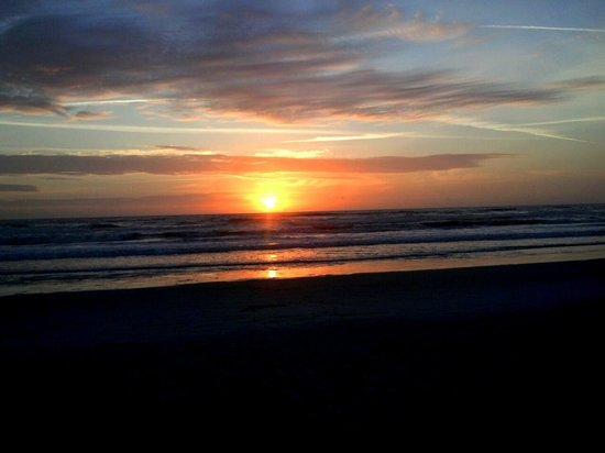 BEST WESTERN New Smyrna Beach Hotel & Suites: morning sunrise from the beach