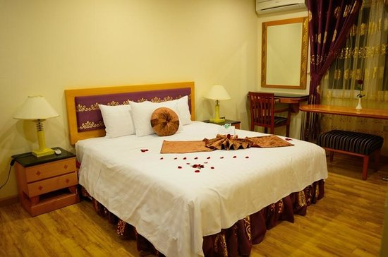 Golden Sun Villa Hotel: First Bedroom