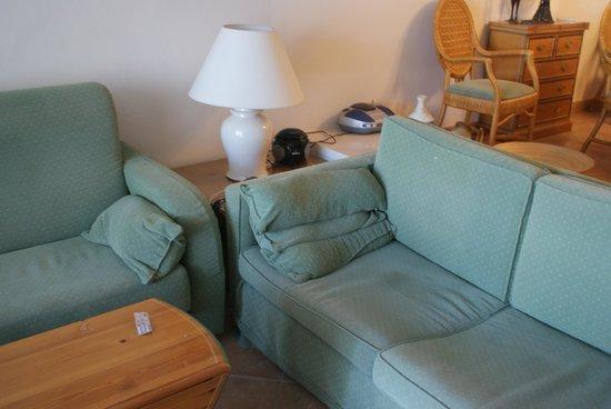Alanda Club Marbella: грязный и старый диван
