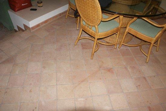 Alanda Club Marbella: Грязный пол и старая мебель