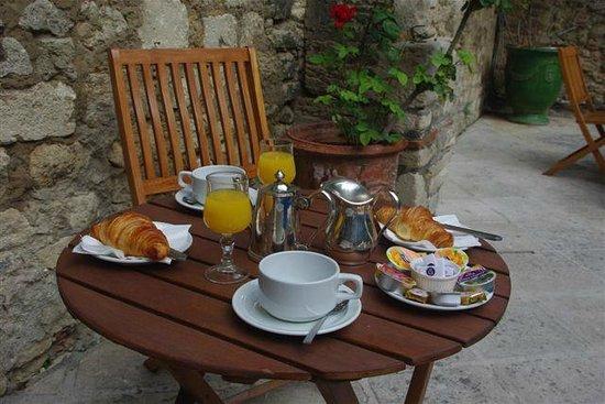 Hotel du Forum : Petit déjeuner au bord de la piscine