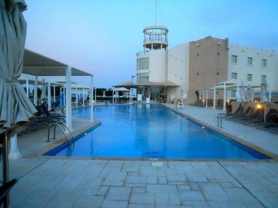 Millennium Resort Mussanah: piscina