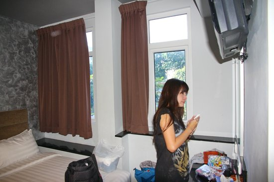 Fragrance Hotel - Bugis: Window + LCD TV