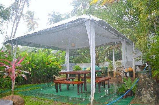 überdachte Sitzecke Im Rückwärtigen Garten Picture Of White Villa