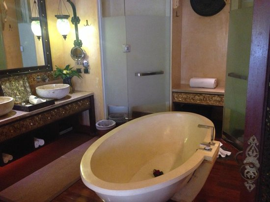 Sawasdee Village: ห้องน้ำขนาดใหญ่ ที่มีอุปกรณ์ครบครัน
