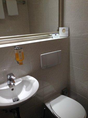 Favored Hotel Domicil: Nett: Massage-Pad... sonst ist das Bad sehr eng.