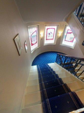 Maison Rouge Hôtel: Escaleras del hotel
