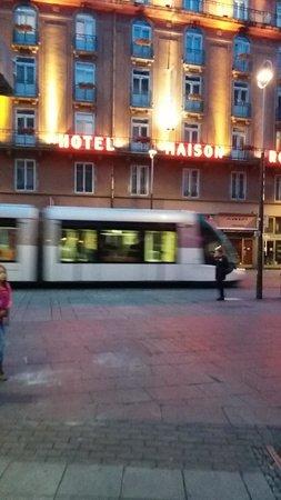 Maison Rouge Hôtel: Tranvía y el hotel