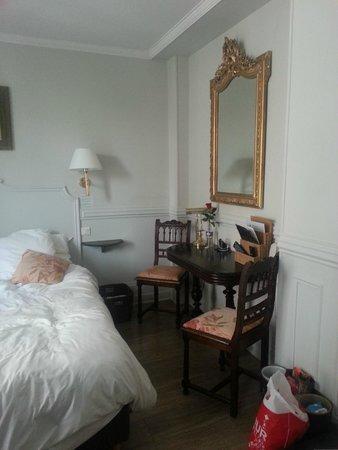Hotel de la Porte Doree: lovely furniture