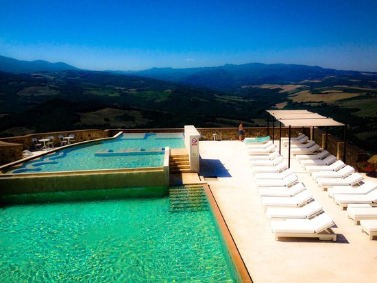 Castello di Velona Resort, Thermal Spa & Winery: Beautiful pool with amazing view