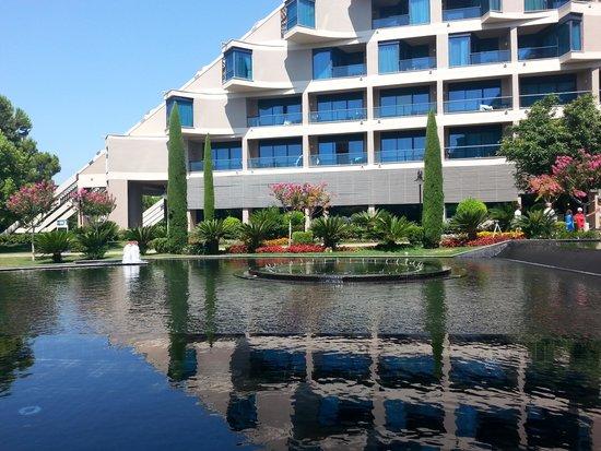 Susesi Luxury Resort : ana restorandan otelin görüntüsü