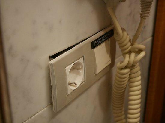Hotel Becquer: Prise électrique arrachée