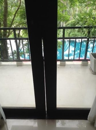 Kirikayan Luxury Pool Villas & Spa : Gap in Door