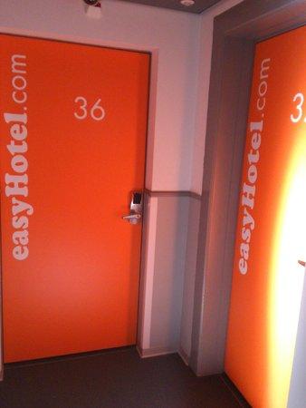 easyHotel Zürich: двери номеров