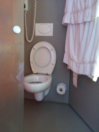 easyHotel Zürich: туалет в комнате