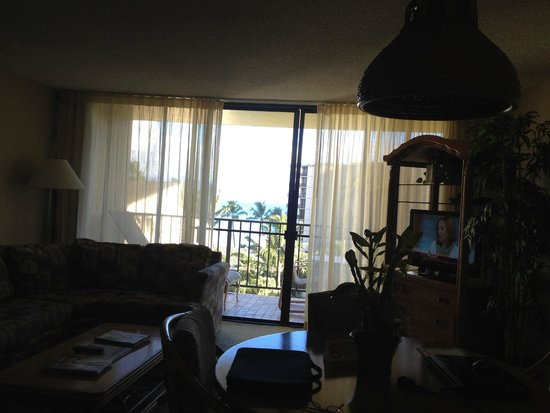 Aston Kaanapali Shores: Looking out the living room door onto the Lanai