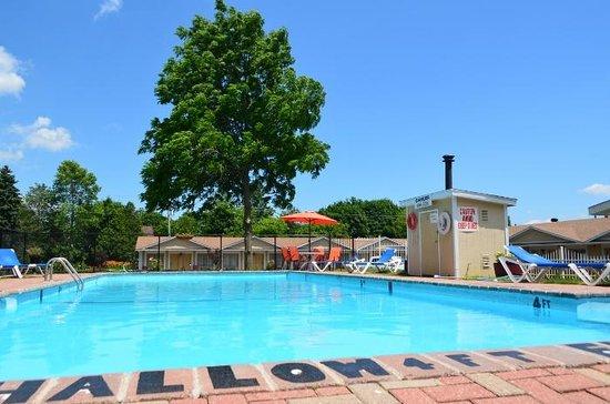 Super 8 Brockville: Pool