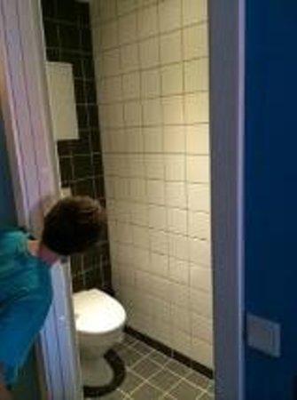 Generator Hostel Copenhagen: Separate Toilet Room and Shower Room
