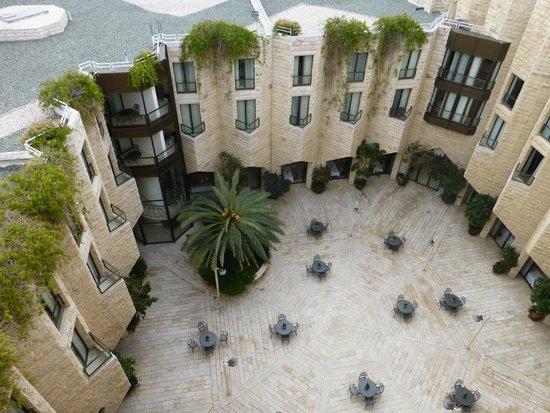 Inbal Jerusalem Hotel: Inner courtyard