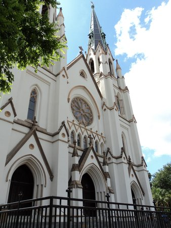 Red Roof Inn & Suites Savannah: St. John the Baptist Church was beautiful inside