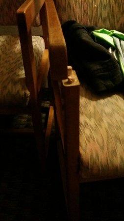 Days Inn Flagstaff - West Route 66 : Broken chairs