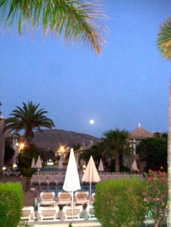 Marylanza Suites & Spa : Our room view at night