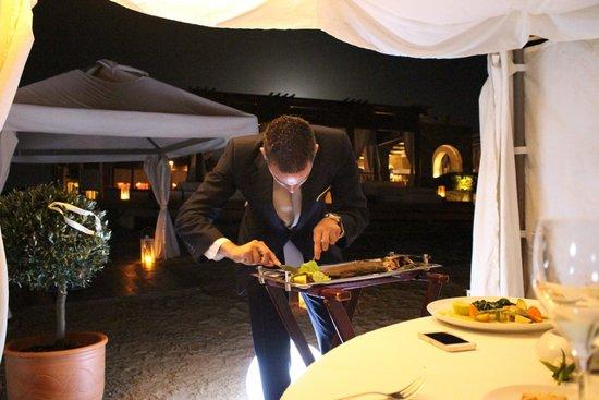 Amirandes, Grecotel Exclusive Resort : Приватный ужин в беседке, разделка рыбы