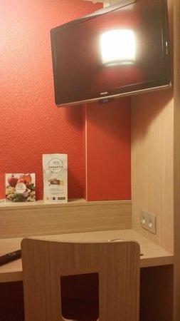 Premiere Classe Caen Est - Mondeville: A more than adequate TV and desk with convenient power sockets