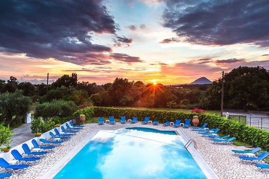 Hotel Bruskos: Pool by sunset