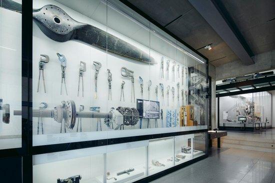 Riesige Vitrinen gefüllt mit Geschichte ©Zeppelin Museum Friedrichshafen, Foto - Myrzik