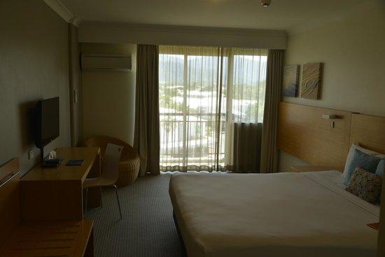 Novotel Cairns Oasis Resort: Bedroom with balcony overlooking mountains