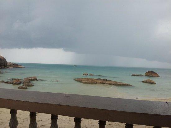 Crystal Bay Beach Resort : вид с лежаков (вдали идет дождь)