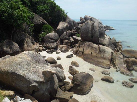 Crystal Bay Beach Resort : чуть левее от основного пляжа - может служить местом уединения для небольшой компании