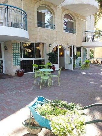 Eden Jerusalem Hotel: Courtyard
