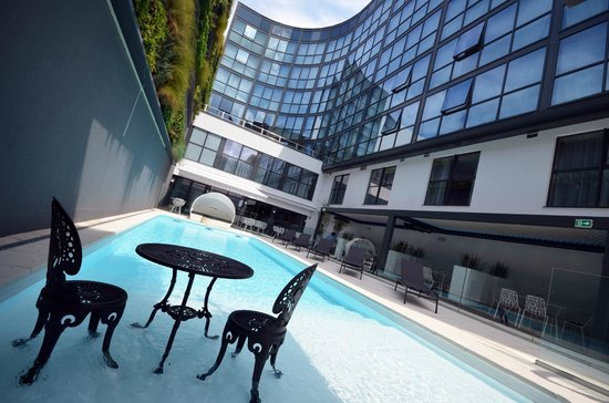 Holiday Inn Dijon Toison d'Or: Piscine Jardin Terrasse