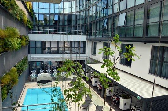 Holiday Inn Dijon Toison d'Or: Piscine Jardin Terrasse
