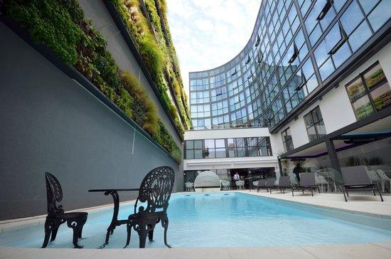 piscine jardin terrasse picture of holiday inn dijon toison d 39 or dijon tripadvisor. Black Bedroom Furniture Sets. Home Design Ideas
