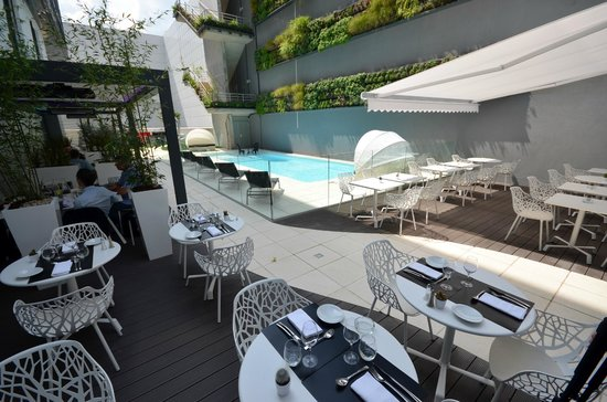 Holiday Inn Dijon Toison d'Or : Piscine Jardin Terrasse