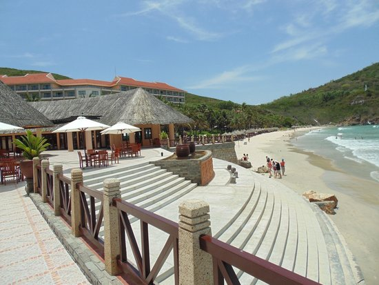 Vinpearl Nha Trang Resort : Steps to a beach side bar