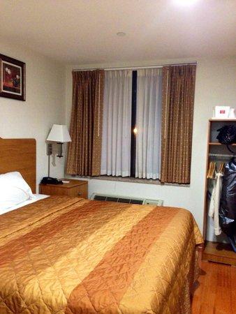 Red Carpet Inn: Room 303