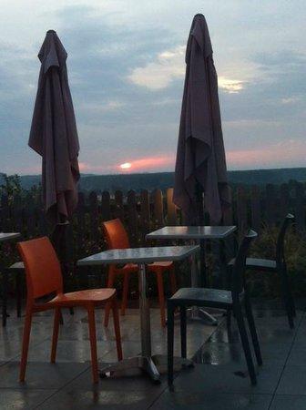 Imago: vue de l'intérieur de la salle de restaurant vers la terrasse et la vallée