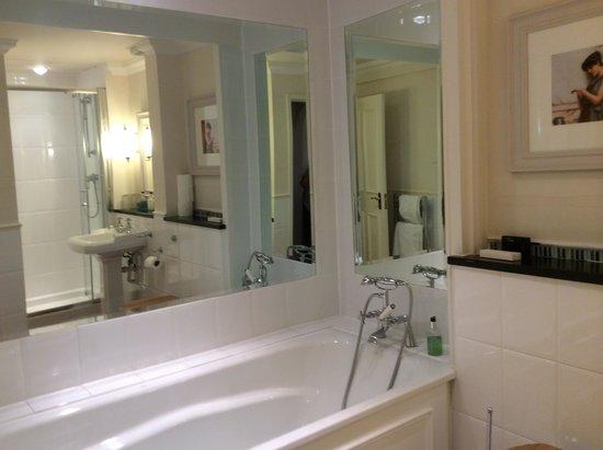 Belmore Hotel: Baño