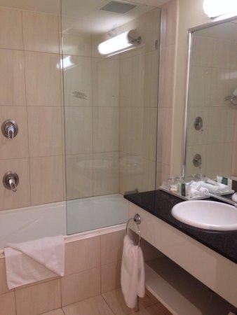 Rydges Port Macquarie: Bathroom