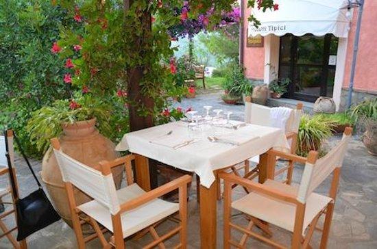 Agriturismo I Moresani: Tisch zum Nachtessen gedeckt