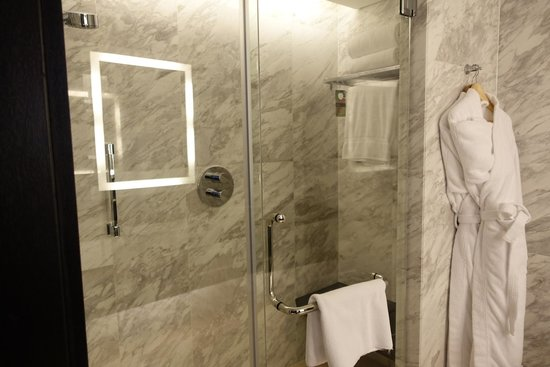 Fairmont Singapore: beautiful bathroom