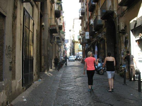 LAES - La Napoli Sotterranea : I Bassi dei Vicoli per accedere al Teatro Romano