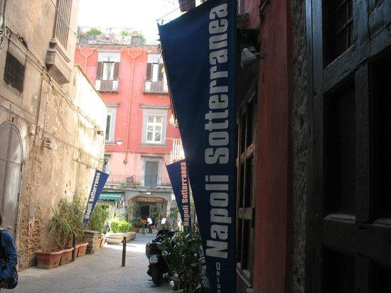 LAES - La Napoli Sotterranea : Il vicolo dov'è situata Napoli Sotterranea (segnalata da bandiere blu)