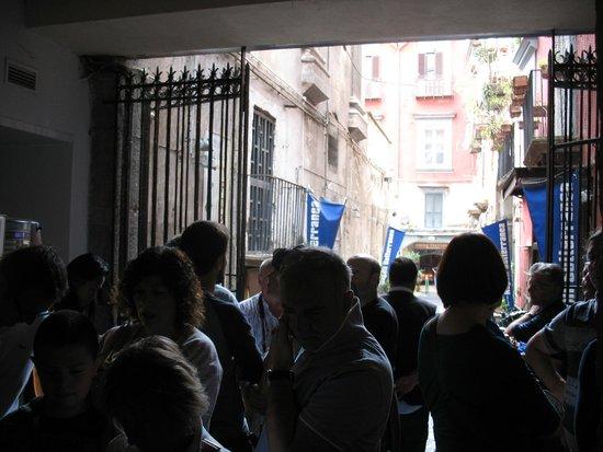 LAES - La Napoli Sotterranea : In attesa di entrare a Napoli Sotterranea
