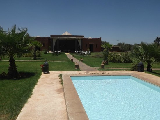Le Domaine de L'Ourika: View off the dining area from the pool
